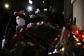 Moscow, Russia. 25th December, 2016. People lay flowers at the Alexandrov Hall, a rehearsal room of the Alexandrov Ensemble, as they pay tribute to the victims of a Russian Defense Ministry plane crash. A Tupolev Tu-154 plane of the Russian Defense Ministry with 92 people on board crashed into the Black Sea near the city of Sochi on December 25, 2016. The plane was carrying members of the Alexandrov Ensemble, Russian servicemen and journalists to Russia's Hmeymim air base in Syria. Fragments of the plane were found about 1.5km from Sochi coastline. © Victor Vytolskiy/Alamy Live News - Stock Image - HF0961