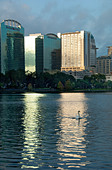 High-rise apartments and condos on Lake Eola in Orlando, Florida, USA - Stock Image - BM85YH