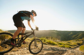 USA,California,Laguna Beach,Mountain biker riding downhill - Stock Image - C4WRF5