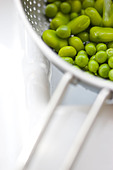 Broad Beans and Peas Draining in Colander - Stock Image - BR58KX