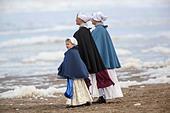 Netherlands, Scheveningen. Bicentenary. Historic landing at Scheveningen beach. Fishermen and women in traditional costume - Stock Image - DMNXFT