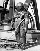 1930s 1940s FULL FIGURE OF MAN IN UNDERWATER HARD HAT DEEP SEA DIVING SUIT - Stock Image - AAKWAM