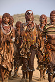 Hamer women dancing at a bull jumping ceremony near Turmi in the Omo Valley, Ethiopia - Stock Image - DY8NP5
