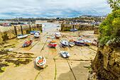 Boats in the picturesque harbour of Newquay in Cornwall, UK - Stock Image - HEYKJ0