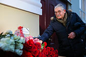 Moscow, Russia. 25th December, 2016. People lay flowers at the Alexandrov Hall, a rehearsal room of the Alexandrov Ensemble, as they pay tribute to the victims of a Russian Defense Ministry plane crash. A Tupolev Tu-154 plane of the Russian Defense Ministry with 92 people on board crashed into the Black Sea near the city of Sochi on December 25, 2016. The plane was carrying members of the Alexandrov Ensemble, Russian servicemen and journalists to Russia's Hmeymim air base in Syria. Fragments of the plane were found about 1.5km from Sochi coastline. © Victor Vytolskiy/Alamy Live News - Stock Image - HF0979