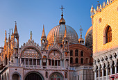 Warm glow of sunset on the detailed architecture of the Basilica San Marco in Venice, Veneto Italy - Stock Image - BFHMK3