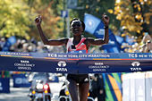 Mary Keitany of Kenya crosses the finish line to win the women's field of the 2016 New York City Marathon in Central Park in the Manhattan borough of New York City, NY, U.S. November 6, 2016.  REUTERS/Mike Segar - Stock Image - H9TX44