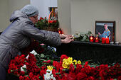 Moscow, Russia. 25th December, 2016. People lay flowers at the Alexandrov Hall, a rehearsal room of the Alexandrov Ensemble, as they pay tribute to the victims of a Russian Defense Ministry plane crash. A Tupolev Tu-154 plane of the Russian Defense Ministry with 92 people on board crashed into the Black Sea near the city of Sochi on December 25, 2016. The plane was carrying members of the Alexandrov Ensemble, Russian servicemen and journalists to Russia's Hmeymim air base in Syria. Fragments of the plane were found about 1.5km from Sochi coastline. © Victor Vytolskiy/Alamy Live News - Stock Image - HF094T