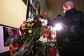 Moscow, Russia. 25th Dec, 2016. Flowers in memory of the victims of a Russian Defense Ministry plane crash outside the offices of Spravedlivaya Pomoshch Fund [Just Aid Foundation] headed by Yelizaveta Glinka (a.k.a. Doctor Liza). A Tupolev Tu-154 plane of the Russian Defense Ministry with 92 people on board crashed into the Black Sea near the city of Sochi on December 25, 2016. The plane was carrying members of the Alexandrov Ensemble, Russian servicemen and journalists to Russia's Hmeymim air base in Syria. Fragments of the plane were found about 1.5km from Sochi coastline. Yelizaveta Gli - Stock Image - HF0809