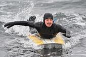 Vladivostok, Russia. 1st Dec, 2016. A man on a surfboard in the Ussuri Bay. © Yuri Smityuk/TASS/Alamy Live News - Stock Image - HAGGAB