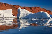 Cruising between the icebergs at Røde Ø, Scoresbysund, Greenland - Stock Image - CBY33J
