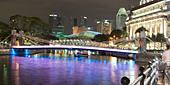 Singapur river, Footbridge, Cavenagh bridge, Fullerton Hotel, Skyline of Singapur, South East Asia, twilight - Stock Image - CMYT2X
