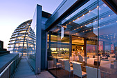 Berlin, Reichstag buidling roof terasse cupola by Sir Norman forster at twilight, Restaurant Kaefer - Stock Image - CMYR9G