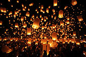Chiang Mai, Thailand. 24th November 2012. Khom Loy Lanterns at the Yee Peng Sansai Floating Lantern Ceremony, part of the Loy Kratong celebrations in homage to Lord Buddha at Maejo, Chiang Mai, Thailand - Stock Image - D0FGFE