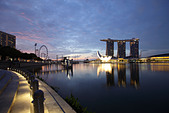 View of the the bay and the Marina Bay Sand Hotel, Singapore - Stock Image - C66B9J