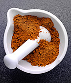 CURRY POWDER IN PESTLE AND MORTAR - Stock Image - AJ94TG