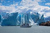 Ship in front of the Perito Moreno glacier, Lago Argentino, Los Glaciares National Park, near El Calafate, Patagonia, Argentina - Stock Image - C90G20