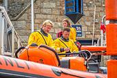 The RNLI in action in a rescue at Newquay Harbour in 2015 - Stock Image - HEYKJX