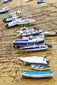 Boats in the picturesque harbour of Newquay in Cornwall, UK - Stock Image - HEYKHD