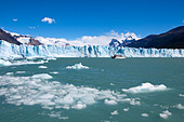 Ship in front of the Perito Moreno glacier, Lago Argentino, Los Glaciares National Park, near El Calafate, Patagonia, Argentina - Stock Image - C90G04