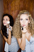 girls doing make-up in bathroom - Stock Image - B5FR51