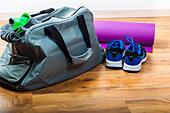 Sport bag on the wooden floor - Stock Image - HDXTNM