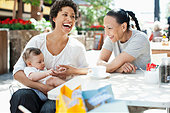 Mother, son and friend at outdoor cafe - Stock Image - E28PPT