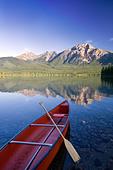 Red canoe at dawn on Pyramid Lake, Jasper National Park, Alberta, Canada. - Stock Image - C4N8WW