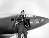 US Air Force test pilot Chuck Yeager standing in front of Glamorous Glennis the Bell X-1 aircraft that broke the sound barrier 1947 in Palmdale, California. - Stock Image - DTD74W