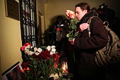 Moscow, Russia. 25th Dec, 2016. Flowers in memory of the victims of a Russian Defense Ministry plane crash outside the offices of Spravedlivaya Pomoshch Fund [Just Aid Foundation] headed by Yelizaveta Glinka (a.k.a. Doctor Liza). A Tupolev Tu-154 plane of the Russian Defense Ministry with 92 people on board crashed into the Black Sea near the city of Sochi on December 25, 2016. The plane was carrying members of the Alexandrov Ensemble, Russian servicemen and journalists to Russia's Hmeymim air base in Syria. Fragments of the plane were found about 1.5km from Sochi coastline. Yelizaveta Gli - Stock Image - HF0818