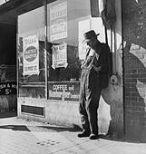 Lone man in farmer's overalls, on San Francisco's Skid Row at Howard Street. Ruined farmers from the Midwest added to the - Stock Image - CWAWGE