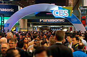 Attendees make their way through the lobby of the Las Vegas Convention Center during the 2017 CES in Las Vegas, Nevada, January 5, 2017. REUTERS/Steve Marcus - Stock Image - HG8JR6