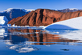 Cruising between the icebergs at Røde Ø, Scoresbysund, Greenland - Stock Image - CBY33X