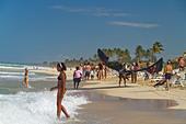 Kite surfer and teenager at Playa del Este, Santa Maria Del Mar, near Havanna Cuba - Stock Image - C0F6CR