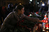 Moscow, Russia. 25th December, 2016. People lays candles near Alexandrov Hall, a rehearsal room of the Alexandrov Ensemble, as they pay tribute to the victims of a Russian Defense Ministry plane crash. A Tupolev Tu-154 plane of the Russian Defense Ministry with 92 people on board crashed into the Black Sea near the city of Sochi on December 25, 2016. The plane was carrying members of the Alexandrov Ensemble, Russian servicemen and journalists to Russia's Hmeymim air base in Syria. Fragments of the plane were found about 1.5km from Sochi coastline. © Victor Vytolskiy/Alamy Live News - Stock Image - HF0964
