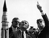 President John F. Kennedy, right, gets an explanation of the Saturn V launch system from Dr. Wernher von Braun at Cape Canaveral - Stock Image - CYD6YC
