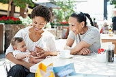 Mother, son and friend at outdoor cafe - Stock Image - E28PPW