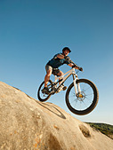 USA,California,Laguna Beach,Mountain biker riding downhill - Stock Image - C4WREJ
