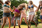Girls dancing in garden - Stock Image - D0XK54