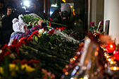 Moscow, Russia. 25th December, 2016. People lay flowers at the Alexandrov Hall, a rehearsal room of the Alexandrov Ensemble, as they pay tribute to the victims of a Russian Defense Ministry plane crash. A Tupolev Tu-154 plane of the Russian Defense Ministry with 92 people on board crashed into the Black Sea near the city of Sochi on December 25, 2016. The plane was carrying members of the Alexandrov Ensemble, Russian servicemen and journalists to Russia's Hmeymim air base in Syria. Fragments of the plane were found about 1.5km from Sochi coastline. © Victor Vytolskiy/Alamy Live News - Stock Image - HF0985