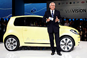 Ulrich Hackenberg, chairman of the board of development, Volkswagen AG, presenting the study of the VW electric car e-up, during - Stock Image - BXBGF4