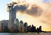 (dpa) - Clouds of smoke rise from the burning upper floors just before the twin towers of the World Trade Center in New York collapse, 11 September 2001. 2,823 people were killed when Islamic terrorists crashed into the WTC with highjacked planes. Together with 189 dead in the Pentagon attack of pla - Stock Image - D3B6RM