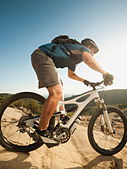 USA,California,Laguna Beach,Mountain biker riding downhill - Stock Image - C4WREK