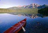 Red canoe at dawn on Pyramid Lake, Jasper National Park, Alberta, Canda. - Stock Image - C4N8W4