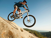 USA,California,Laguna Beach,Mountain biker riding downhill - Stock Image - C4WREN