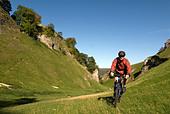 Doug Blane mountain biking Cavedale Castleton in the Peak District National Park Derbyshire UK England GB Great Britain - Stock Image - B55T9B