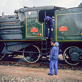 Engineers with historic steam locomotive 'Pacific PLM 231 K 8' of 'Paimpol-Pontrieux' train Brittany France - Stock Image - D5RAPW