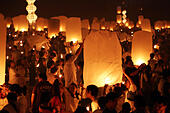Chiang Mai, Thailand. 24th November 2012. Khom Loy Lanterns at the Yee Peng Sansai Floating Lantern Ceremony, part of the Loy Kratong celebrations in homage to Lord Buddha at Maejo, Chiang Mai, Thailand - Stock Image - D0FGFT