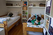 Boy using digital tablet on bed - Stock Image - FDP58T