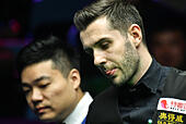 Daqing, China's Heilongjiang Province. 30th Oct, 2016. Mark Selby (R) of England competes during the final match against Ding Junhui of China at the 2016 World Snooker International Championship in Daqing, northeast China's Heilongjiang Province, Oct. 30, 2016. Mark Selby won 10-1 and claimed the title. © Wang Song/Xinhua/Alamy Live News - Stock Image - H6KBP6